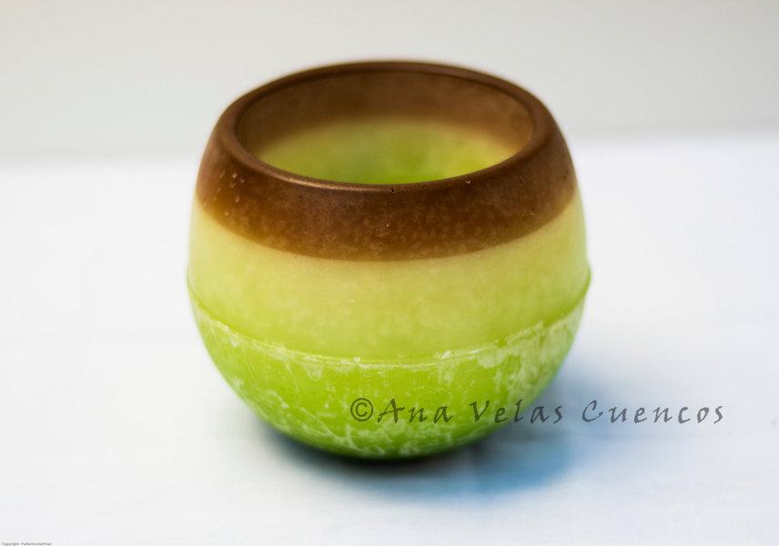 Cuenco redondo de parafina color verde con borde marrón y aroma a manzna con canela