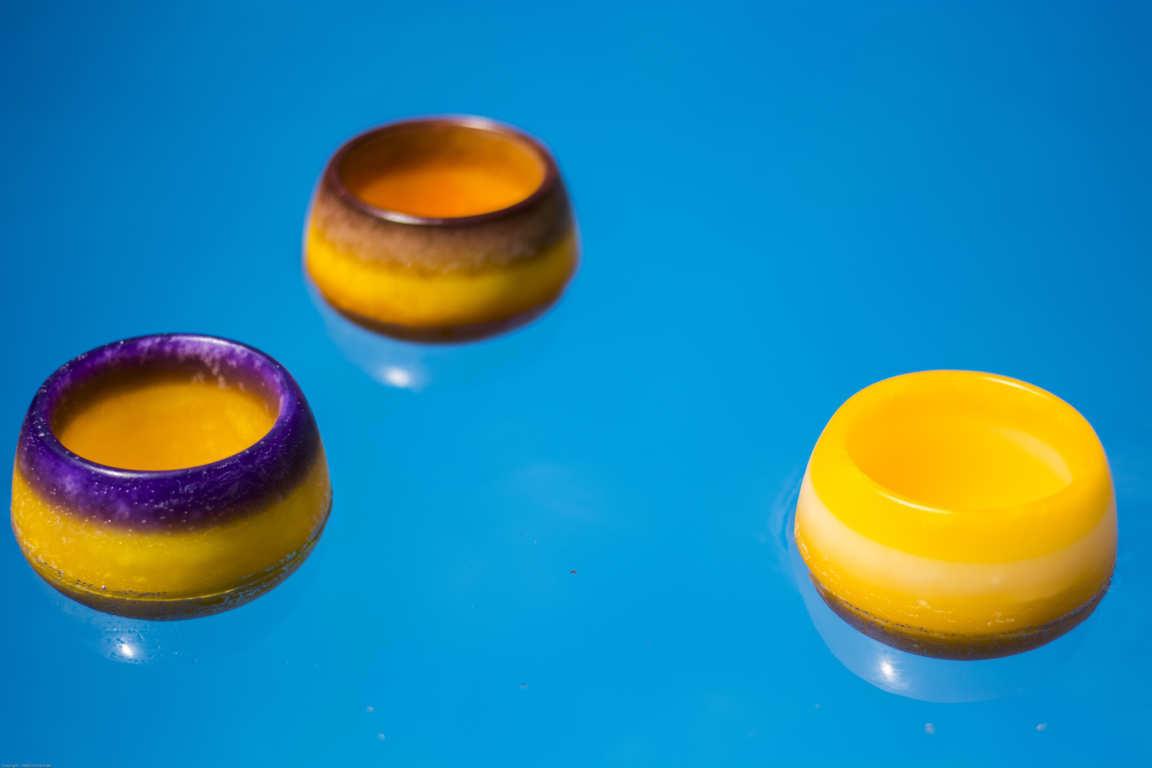 Tres cuencos de parafina de color amarillo flotando en piscina