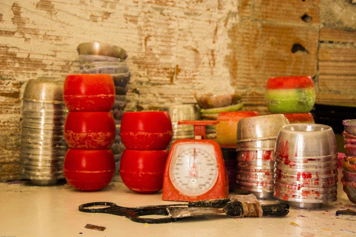Báscula y moldes de taller artesanal de fabricación de cuencos de parafina