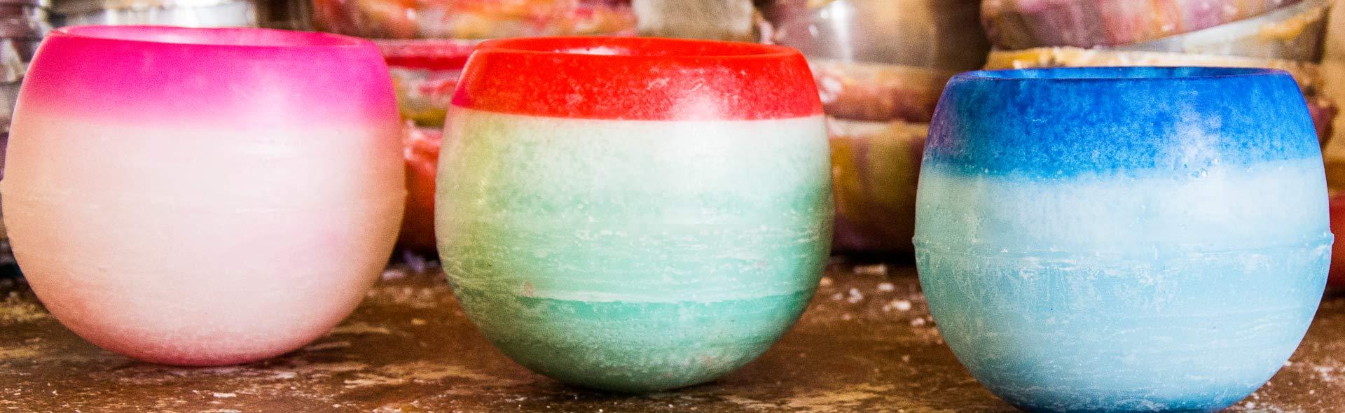 Tres cuencos aromáticos alineados rosa, verde y azul