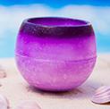 Cuenco aromático de lavanda sobre borde de piscina rodeado de conchas marinas color rosa