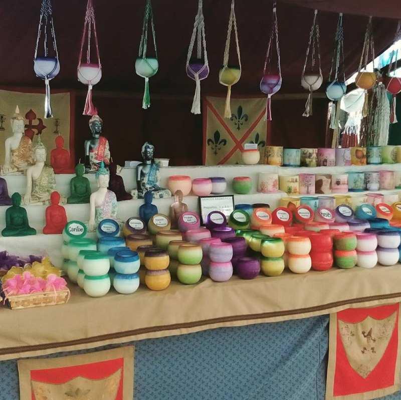 Puesto de venta con decoración medieval con cuencos aromáticos de todos los aromas apilados y colgados del techo